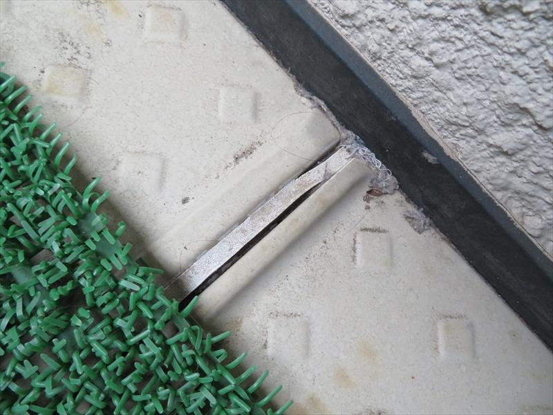 ベランダの床のシーリング部分が切れていました。
