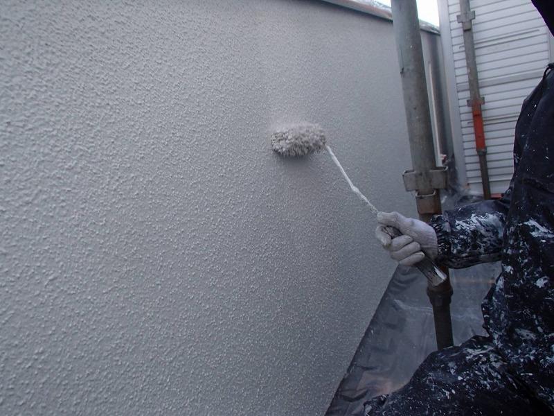 外壁の中塗りの様子です。中塗りに比べて塗膜が厚くなるので、表面が整ってきます。