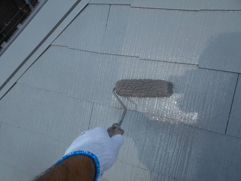 屋根の上塗りです。塗料を塗り重ねることで厚みを確保し、キメの細かいきれいな仕上がりになります。