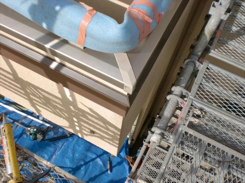 伝い水防止水切りを帯板の上に取り付けました。笠木の色に合わせてブロンズ系の色になっています。