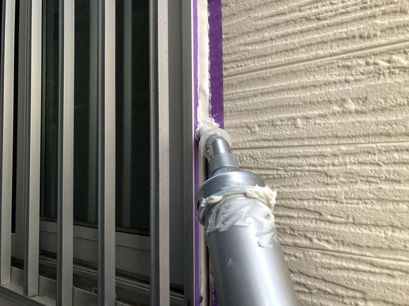 シーリング材を塗っていきます。紫の部分は不必要なところにシールがつかないように養生として貼ったマスキングテープです。