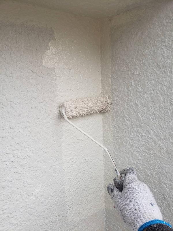 下塗りが乾いた後、外壁の中塗りをしています。