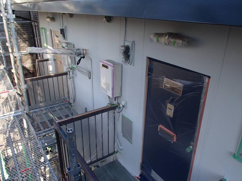 外壁の中塗りが終わりました。ドアは開閉できるように養生しています。