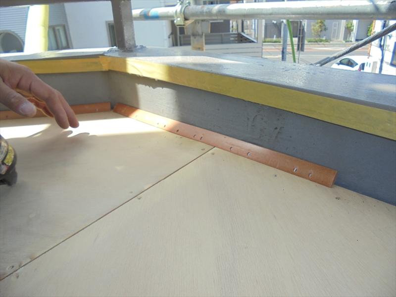 下地のベニヤ板を貼って、正しい勾配になるよう新しく土台を作ります。