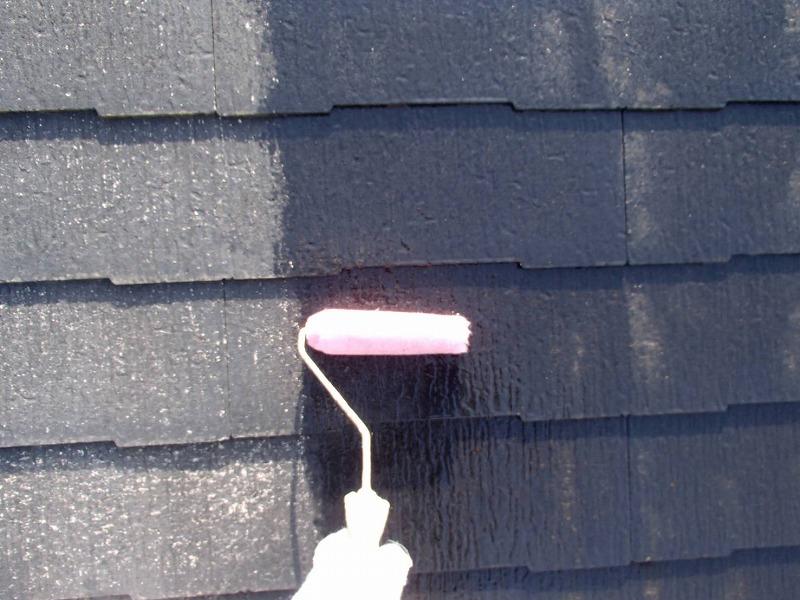 屋根の下塗り作業をしています。