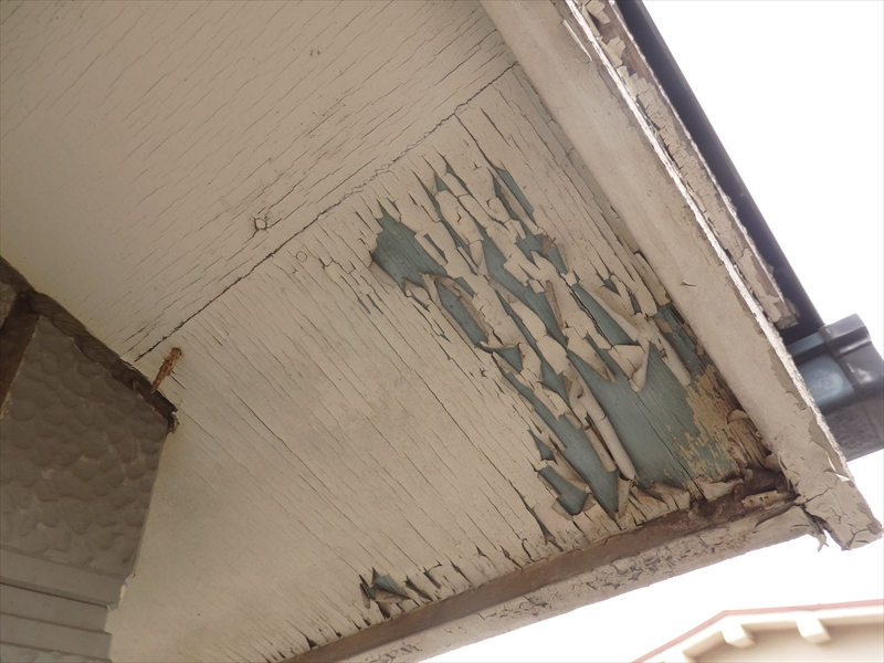 軒裏部分の塗装もはがれて下地が見えています。