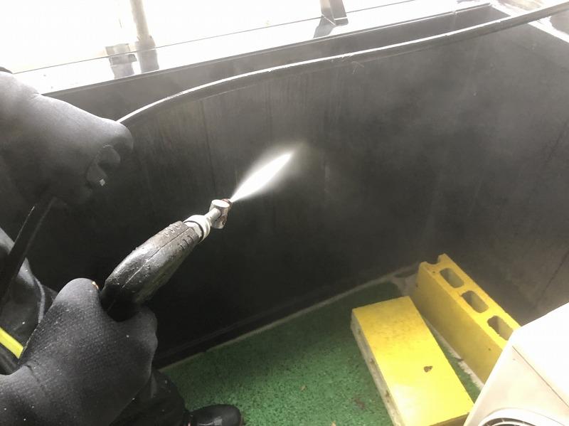 高圧洗浄ではベランダの内側もきれいに洗っていきます。