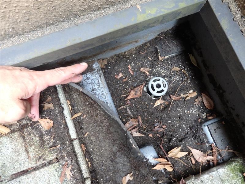 ベランダの防水部分のチェック。タイルをめくると土や落ち葉がかなり溜まっています。