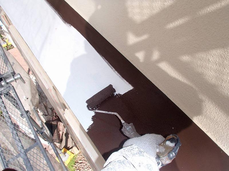 トタンヒサシ部分は錆止めを塗ってから塗装しています。