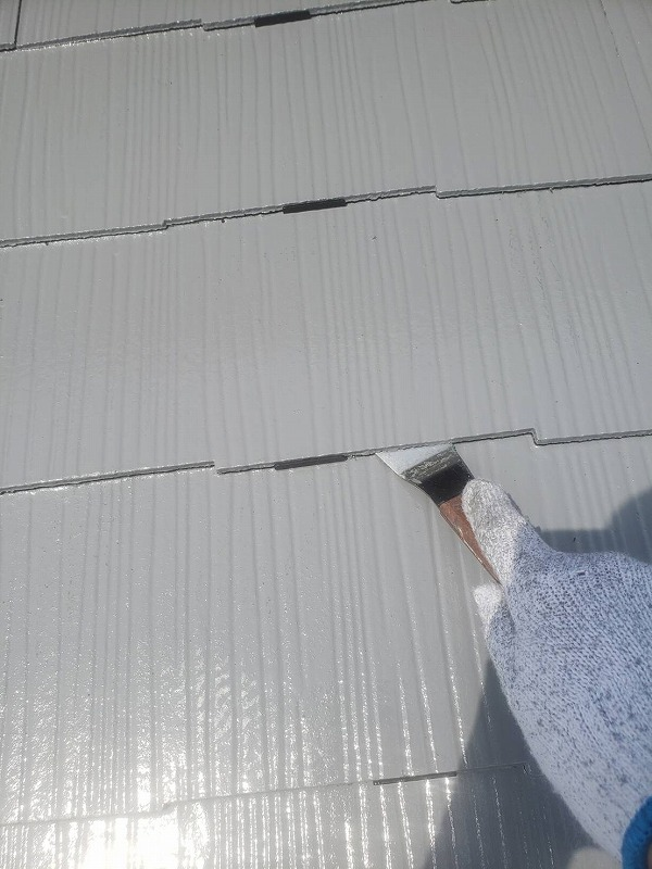 中塗りの後に、スレート瓦の隙間を開けるタスペーサーを差し込んでいきます。