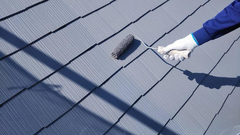 屋根の泡塗りをしています。この上塗りでタスペーサーの先端も塗装するので、目立たなくなります。