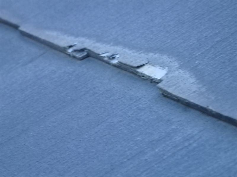 屋根のスレート部分にはがれが見られました。
