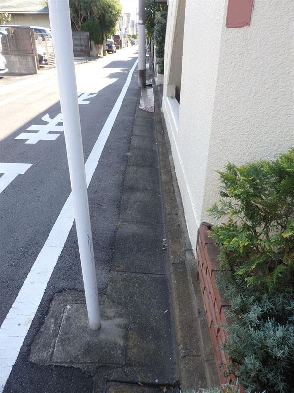 建物が敷地ギリギリに立っていて足場が道路に出てしまうため、道路の使用許可が必要です。