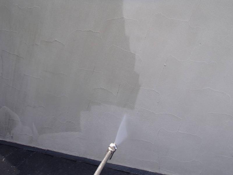 外壁の高圧洗浄の様子です。きれいなように見えて、汚れていたことがよくわかります。