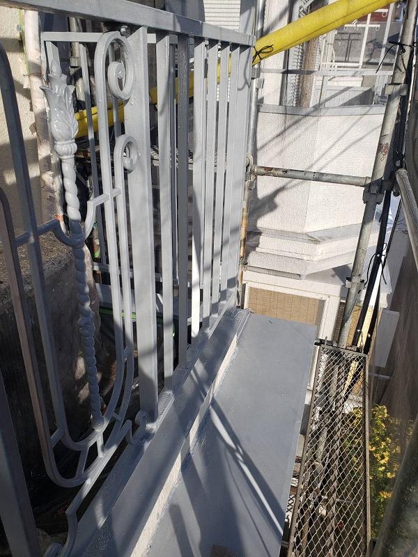 鉄部に下地材を塗装した後、サビ止め塗装をしました。