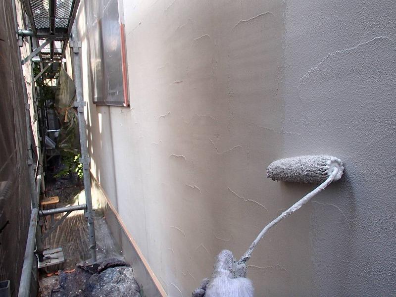 下塗りがしっかりと乾いた後、外壁の中塗りをしています。