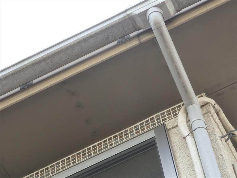 軒裏の板を止めている釘を止めている中心に変色が目立っています。