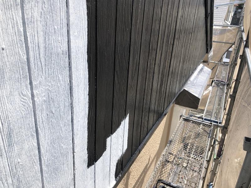 外壁の下塗りでは、その後に塗る塗料の密着性を高める効果があります。