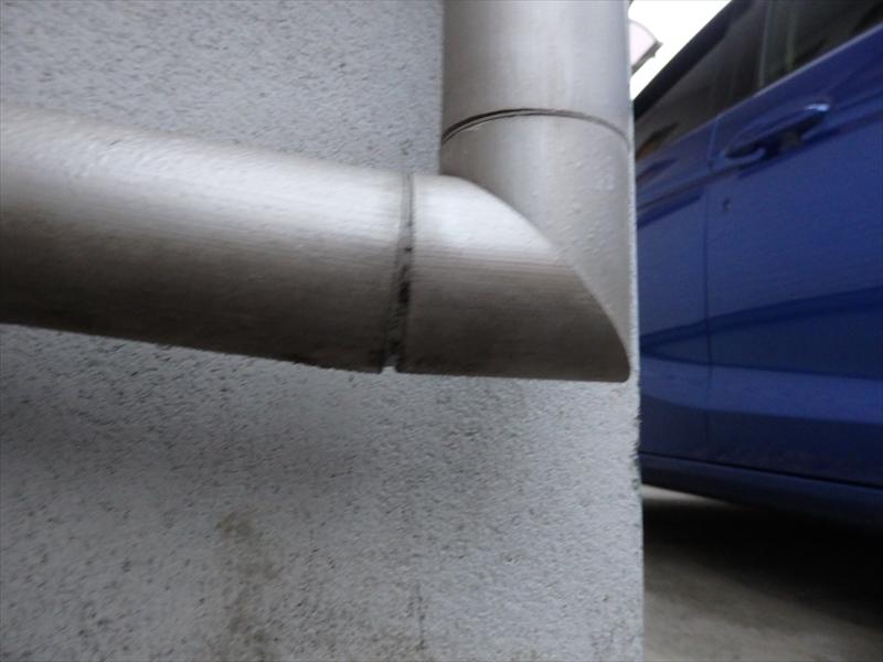 上から縦樋で流れ落ちてきた雨水を横樋で排水口に流すはずが、横樋側が高い逆勾配になっているため、この継ぎ手部分に水がたまってしまいます。