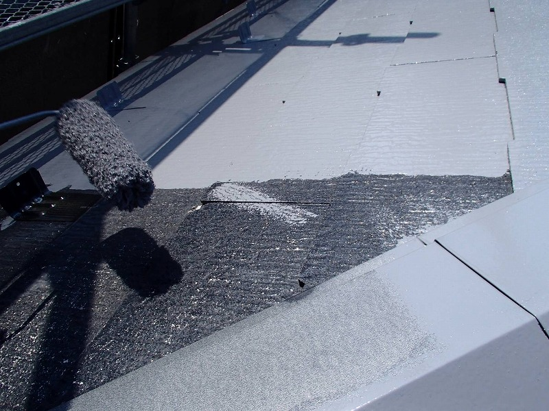 遮熱効果の高い塗料で屋根を中塗りしています。