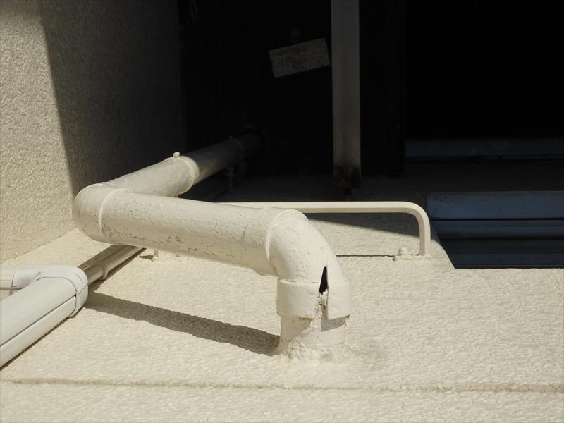 雨樋が割れています。上部分なので大量の水が通らない限りは水漏れは少ないと思われますが、ここから割れがひどくなる可能性があります。