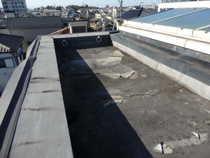 ベランダの防水部分は塗膜がはがれて下地があちこち見えています。