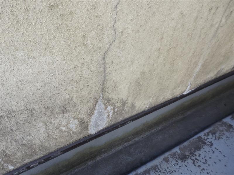 ベランダの壁は湿気が溜まりやすいためコケ汚れがついていて、ひび割れや塗装のはがれがありました。