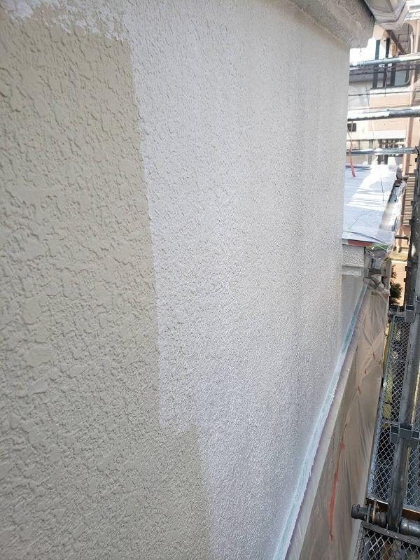 外壁の下塗りです。下塗りにはこの後に塗る塗料の密着を高める効果があります。