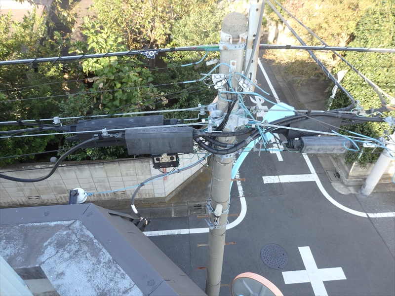 建物と電柱がかなり近いため、電線防護管をつけないと職人が感電する恐れがあります。