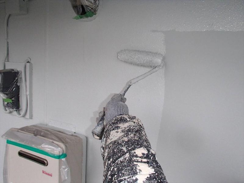 外壁の上塗りです。ガス器具は給気口や排気口に気をつけて養生しています。
