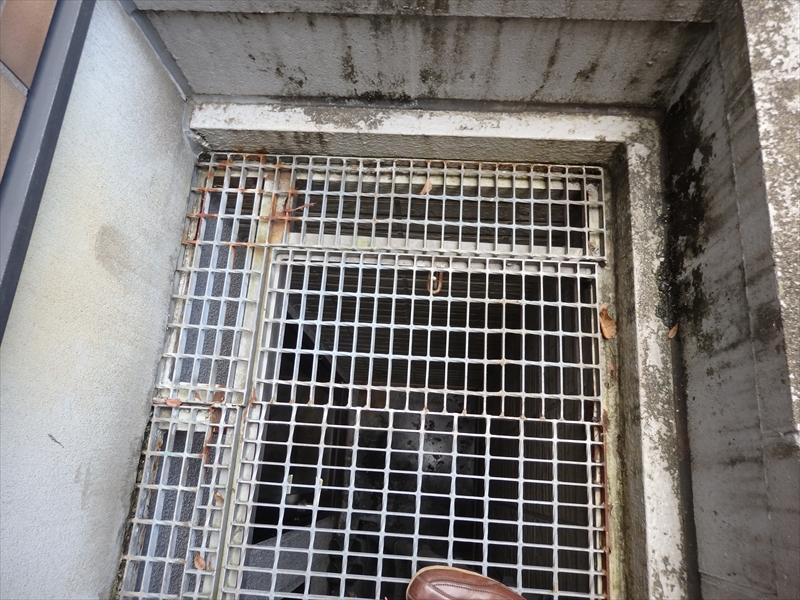 グレーチング(側溝の蓋等に使う格子状の金属製のスノコ)がところどころ錆びています。