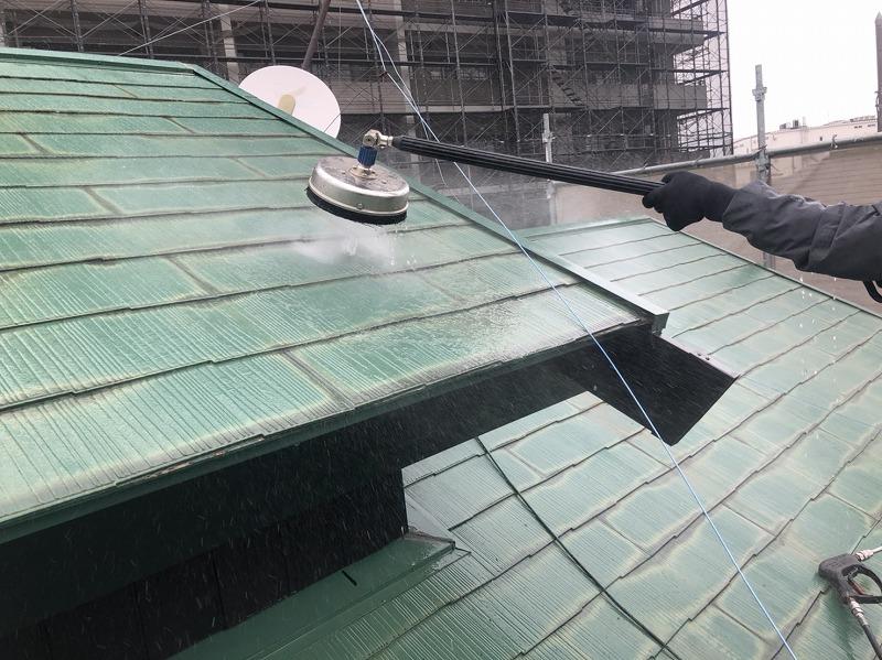 屋根の洗浄を行っています。ブラシのついた洗浄機で洗い流しています。