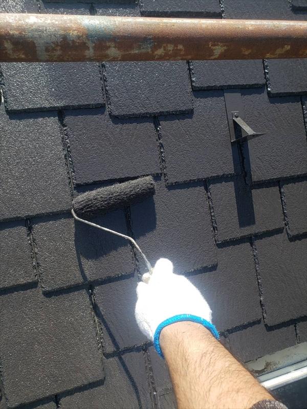 下塗りが乾いた後、屋根の中塗りのスタートです。
