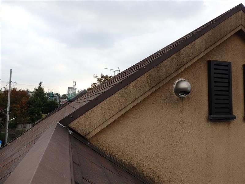 一番上の破風板部分がかなり汚れています。
