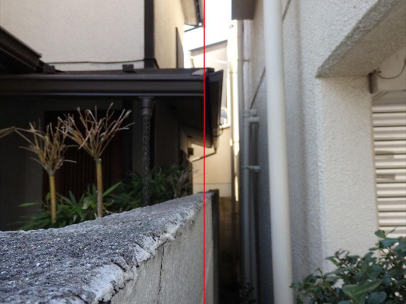 お隣の雨樋が塀からはみ出し(赤線より越境)ていて、敷地が狭いので一番小さく足場を建ててもお隣の雨樋に当たります。足場が揺れると雨樋破損の危険性があります。