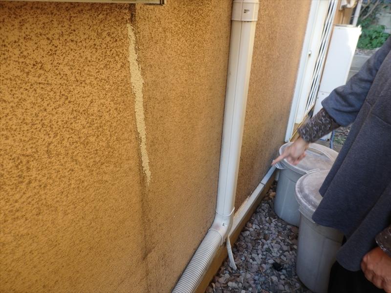 外壁にはひび割れをなおした補修跡が目立っていました。