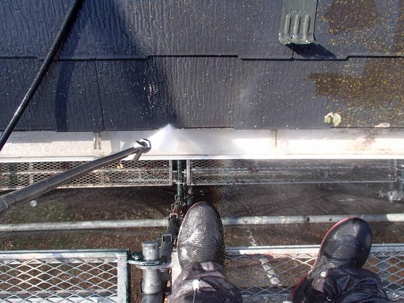 雨樋は落ち葉等を手作業で取り除いた後に、高圧洗浄をしています。