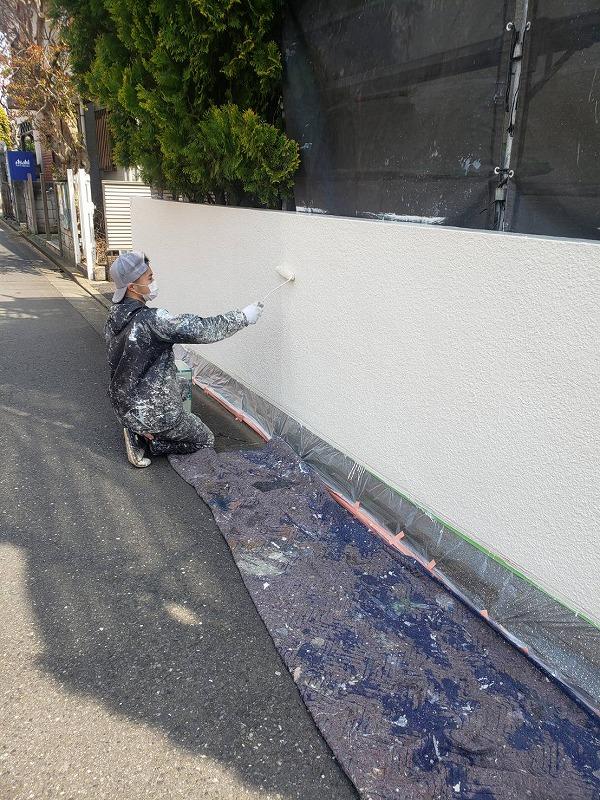 塀も外壁と同様に塗装していきます。