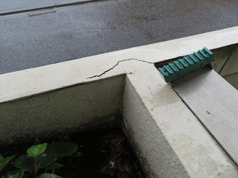 玄関近くの花壇の壁部分と塀がT字になっている場所で大きなひび割れがありました。