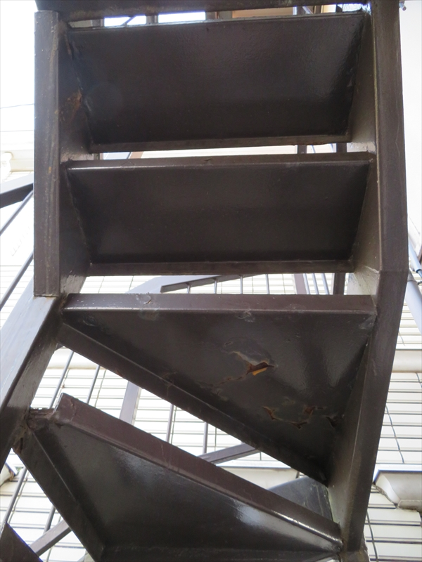 階段の裏側部分がところどころ塗装が剥がれてひび割れていました。
