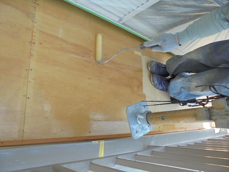 ベニヤ板に下地材を塗っています。