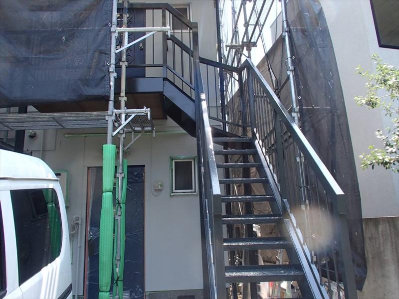 トップコートを塗装して階段の塗装の完成です。