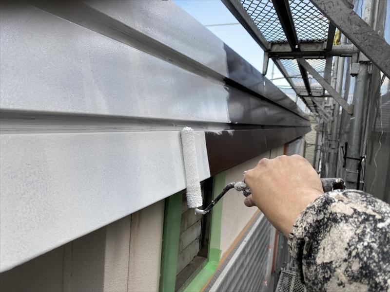 破風板部分に下塗り材を塗装しています。