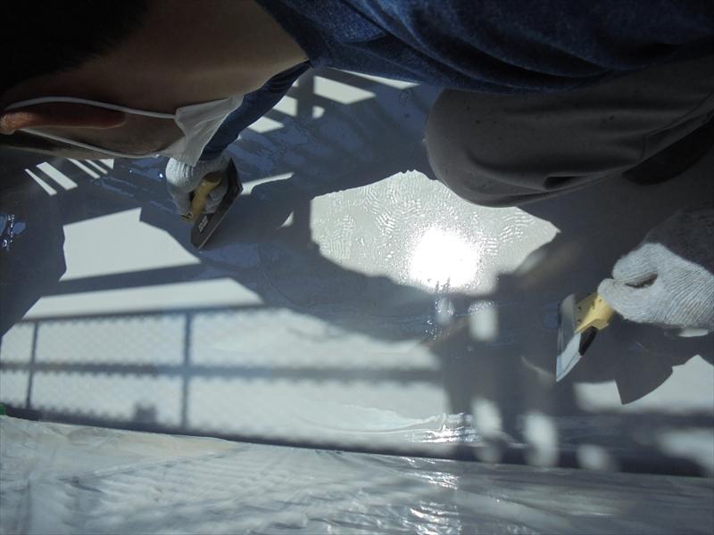 防水材を塗り拡げていきます。