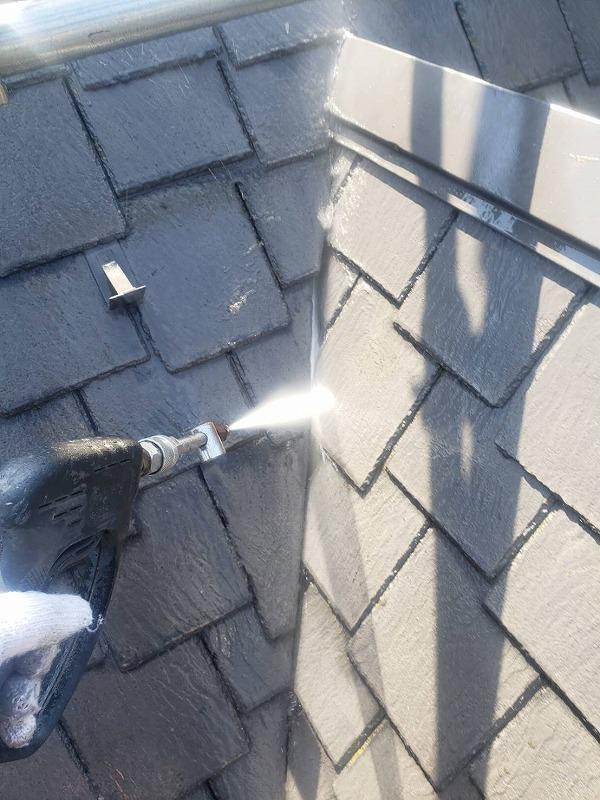 屋根の汚れを高圧洗浄で落としています。