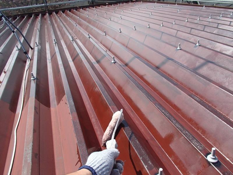 屋根の下塗りです。この後に塗る塗料の密着性を高めます。