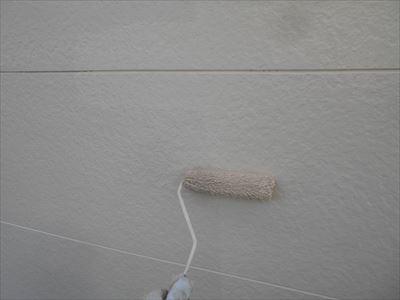 外壁の下塗りをしています。下塗り材はその後に塗る塗料の密着性を高めます。
