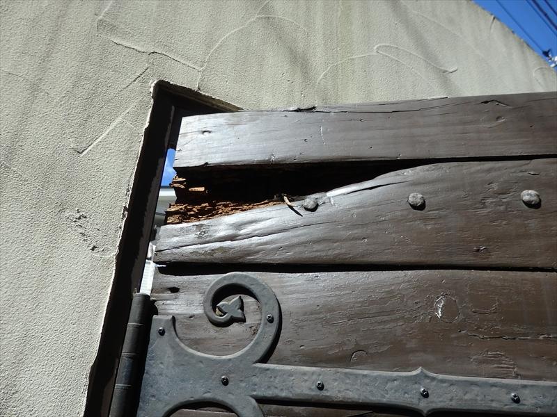 入り口の門扉は重厚な木の扉で、傷んで崩れたところがありました。