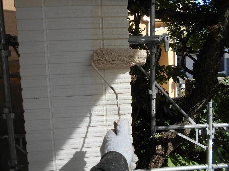 こちらは支柱の中塗りです。凹凸の多い外壁は特に塗装不良にならないように注意します。