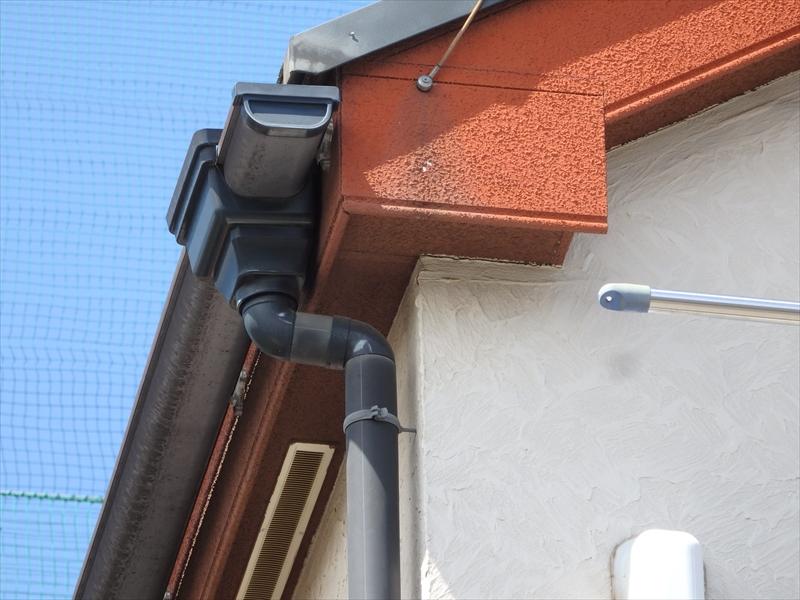 アンテナを屋根に固定する針金が破風板に固定されていて、その部分から伝い水の汚れがついています。針金からの雨水も伝わるので、下の方は破風板がえぐれ始めて下地が白く見えかかっています。